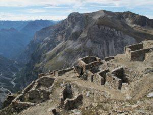 Resti del villaggio militare Filone dei Mot dopo gli interventi di restauro conservativo