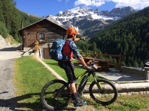 In Alta Valtellina si pedala al cospetto di montagne imponenti