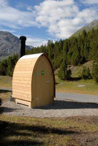 La struttura della toilette Kazuba è pensata per  essere compatibile anche con l'inserimento in ambienti naturali