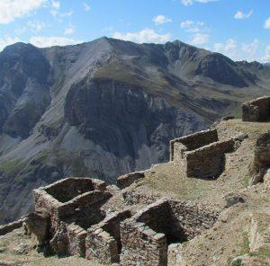 I resti del villaggio militare del Filon dei Mot si affaccia, in posizione panoramica, sulla Valle del Braulio