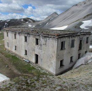 La caserma di Forcola era stata costruita poco sotto la Bocchetta omonima, al riparo dal tiro delle artiglierie imperiali