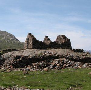 Attorno all'ex Rifugio Gavia, sede del comando di settore, sono presenti resti di baraccamenti utilizzati come depositi e all'alloggio delle truppe